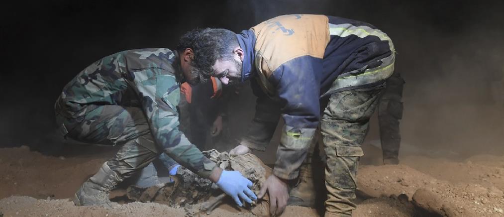 Συγκλονίζουν οι εικόνες των ανασκαφών από τους μαζικούς τάφους στην Ράκα (βίντεο)