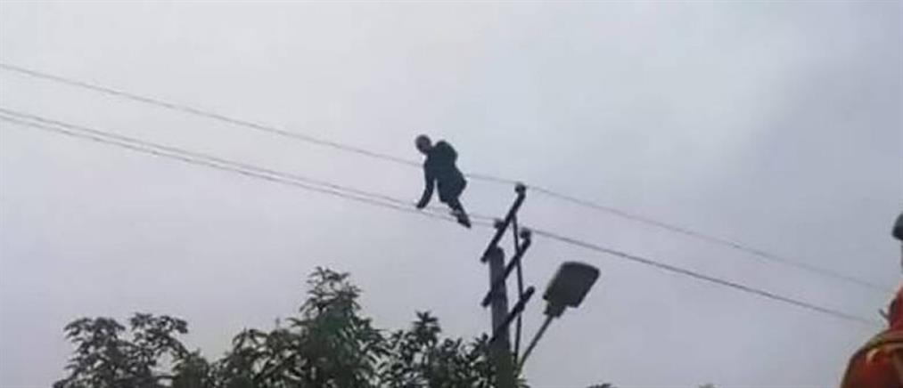 Μεθυσμένος ακροβατούσε επί τρεις ώρες πάνω σε καλώδια ηλεκτρικού ρεύματος (βίντεο)