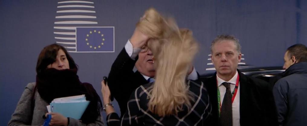 """Ο Γιούνκερ """"ξεμαλλιάζει"""" αξιωματούχο στις Βρυξέλλες (βίντεο)"""