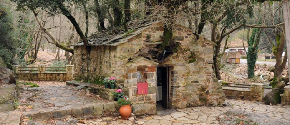 Αγία Θεοδώρα Βάστα: γιορτάζει το εκκλησάκι θαύμα με τα 17 πλατάνια στη στέγη του!