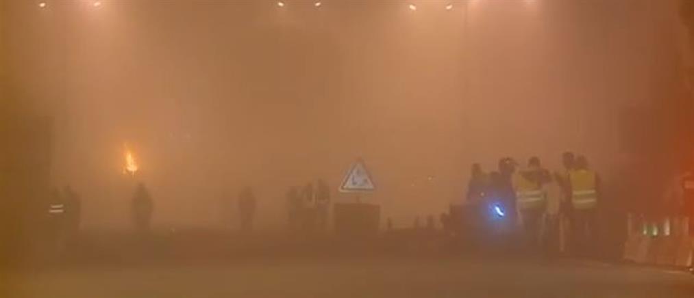 """Χάος στην Γαλλία: Τα """"κίτρινα γιλέκα"""" πυρπολούν σταθμούς διοδίων (βίντεο)"""