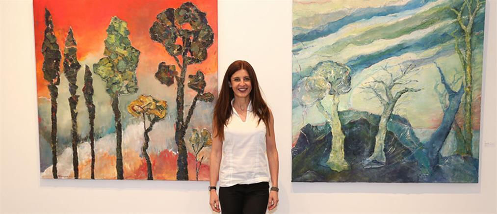"""Με μεγάλη επιτυχία συνεχίζεται η έκθεση """"meta-synthesis"""" της Ντένης Θεοχαράκη"""