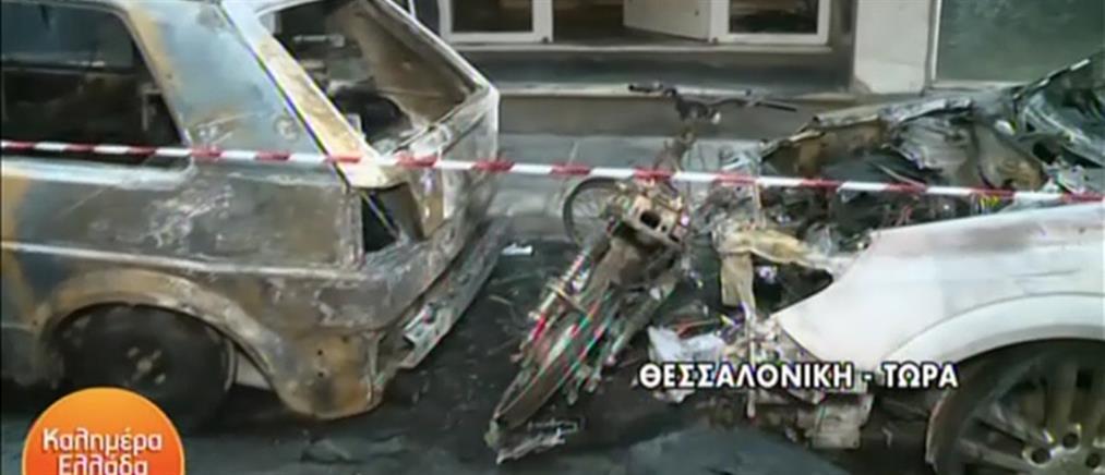 Έβαλαν φωτιά σε μηχανάκι και επεκτάθηκε σε δύο ΙΧ (βίντεο)