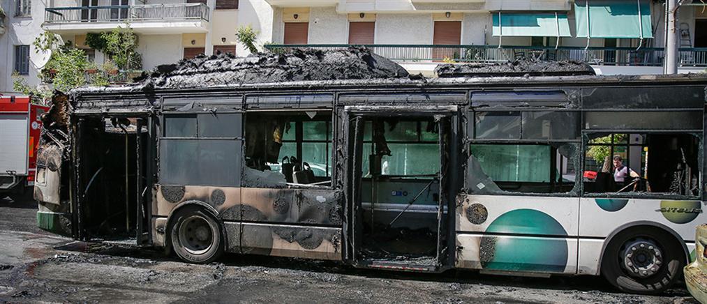 Λεωφορείο γεμάτο επιβάτες παραδόθηκε στις φλόγες