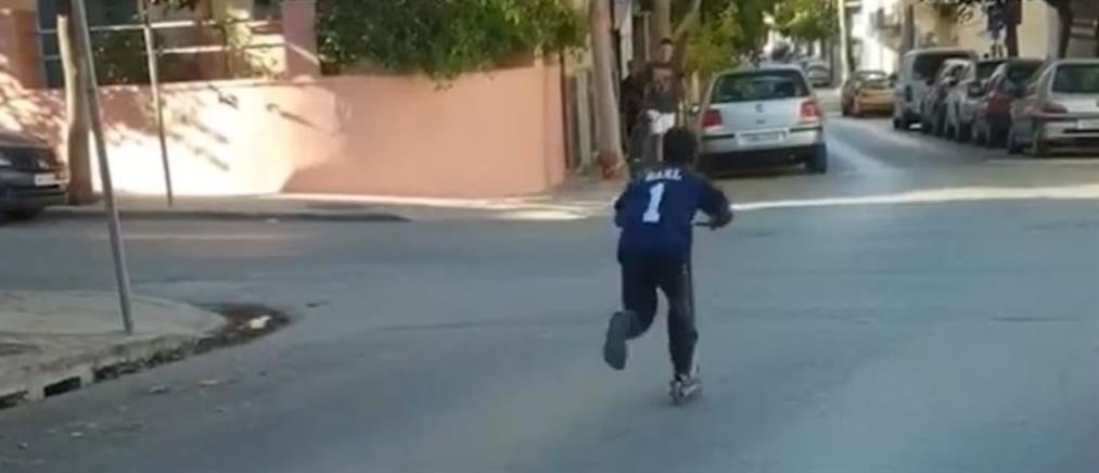 Τρομακτικό βίντεο: Παιδί με πατίνι παραβιάζει STOP σε διασταύρωση