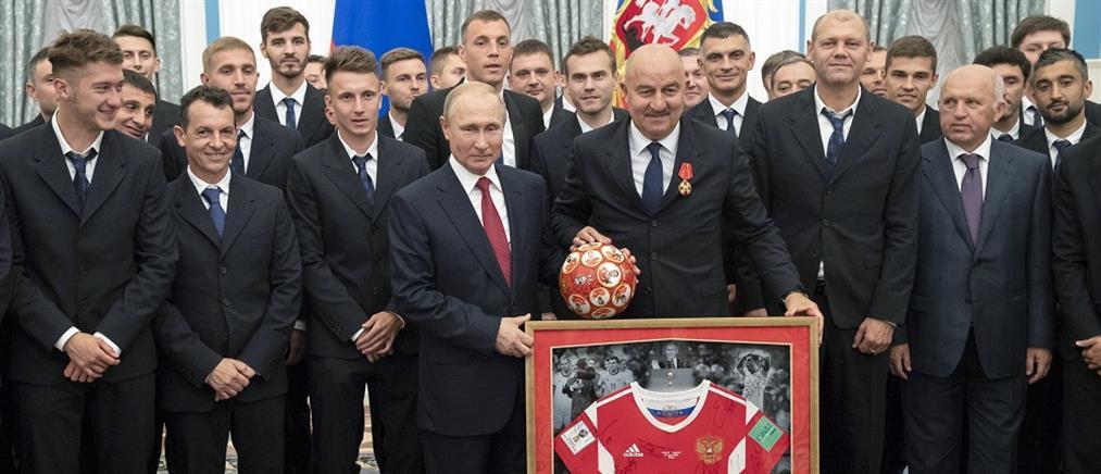 Ο Πούτιν παρασημοφόρησε τους παίκτες και τον προπονητή της εθνικής Ρωσίας (βίντεο)