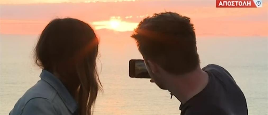 Σαντορίνη: Το μαγευτικό ηλιοβασίλεμα από το κάστρο της Οίας (βίντεο)