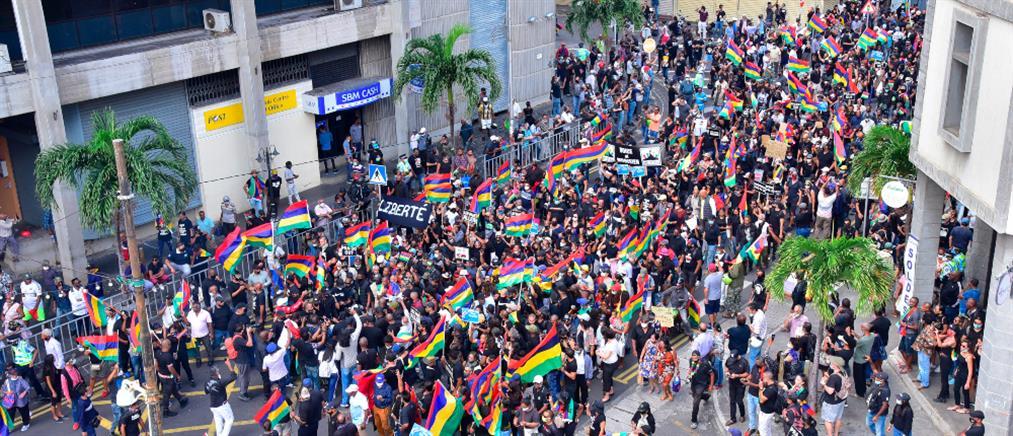 Μαυρίκιος: Πρωτοφανής διαδήλωση για τα νεκρά δελφίνια (εικόνες)