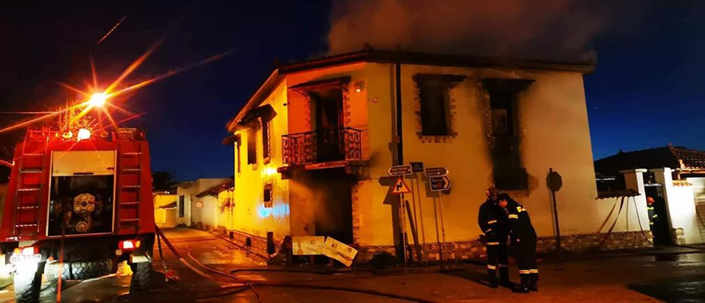 Θρίλερ! Αγνοείται η τύχη ενοίκων φλεγόμενου σπιτιού (εικόνες)