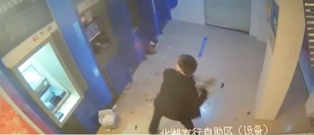 Άνδρας καταστρέφει ΑΤΜ, επειδή του… κράτησε την κάρτα! (βίντεο)