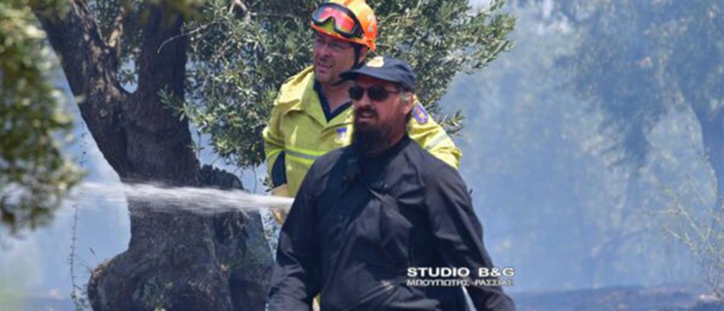 Ιερέας εθελοντής πυροσβέστης στη φωτιά στο Ναύπλιο (εικόνες)