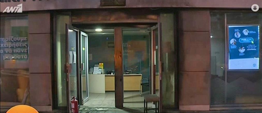 Γκαζάκια στην είσοδο τράπεζας (εικόνες)