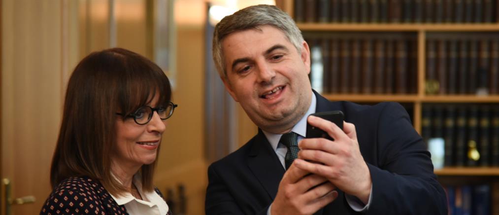 Αικατερίνη Σακελλαροπούλου: Η πρώτη selfie μετά την εκλογή της (εικόνες)