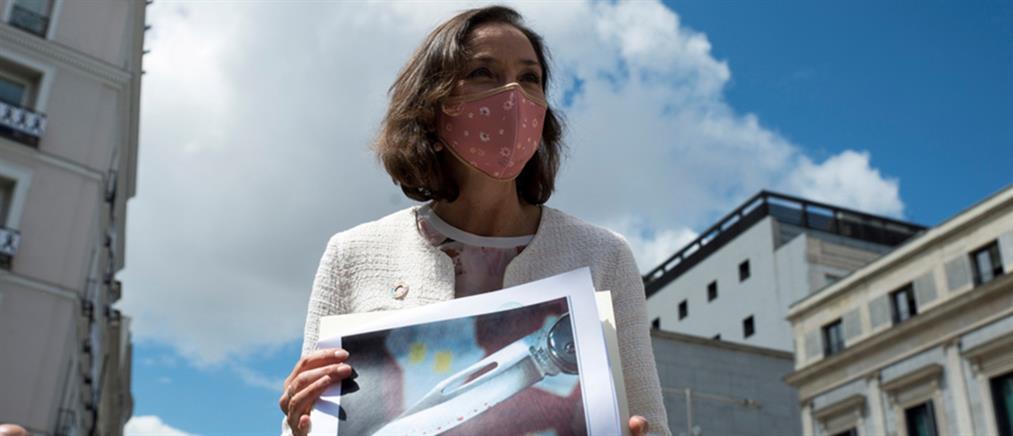 Ισπανία: Έστειλαν μαχαίρι με κόκκινα στίγματα σε υπουργό (εικόνες)