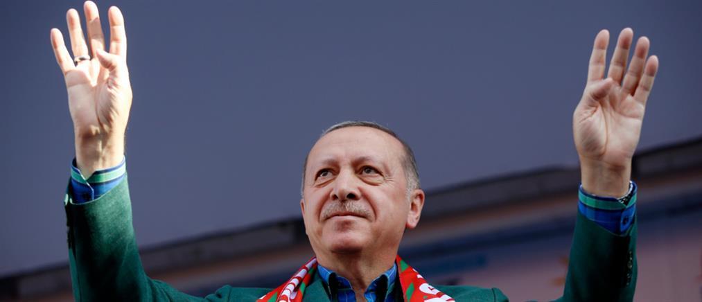 """Με πογκρόμ κατά χιλιάδων υπαλλήλων και ΜΜΕ """"γιορτάζει"""" ο Ερντογάν την ...επιστροφή στην κανονικότητα"""
