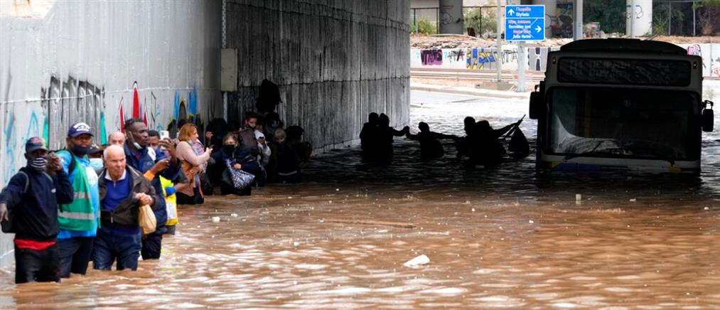 """""""Μπάλλος"""": Λεωφορείο εγκλωβίστηκε σε πλημμυρισμένη γέφυρα - Κινδύνευσαν οι επιβάτες (εικόνες)"""