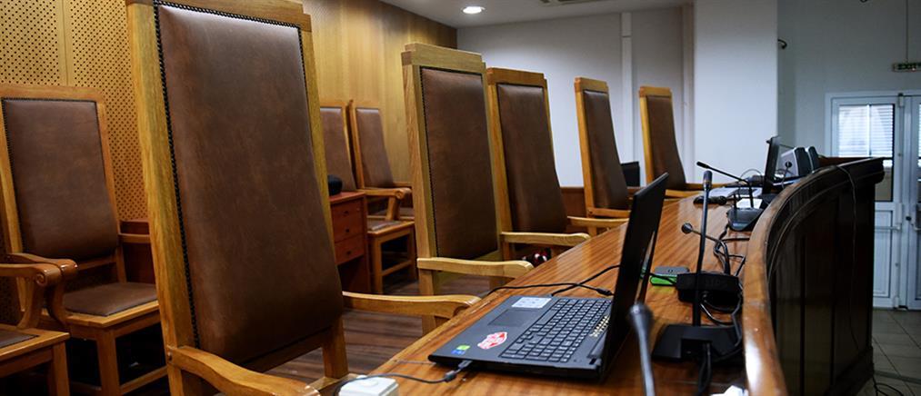 Σκληραίνουν οι ποινές για μολότοφ, κλοπές και απειλές μέσω διαδικτύου