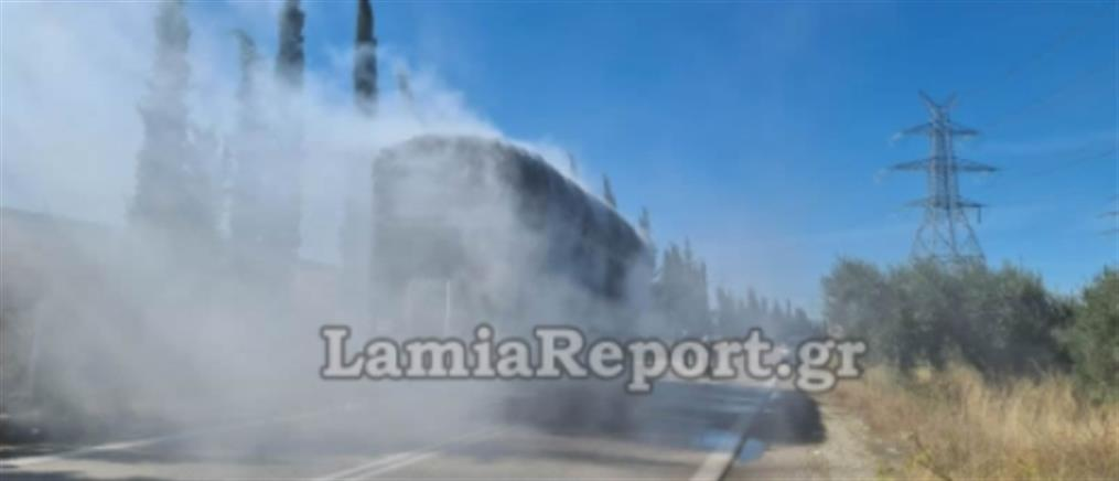 """Λαμία: νταλίκα """"έσπερνε"""" φωτιές στον δρόμο (εικόνες)"""