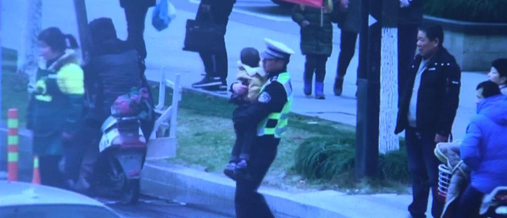 Τροχονόμος ρυθμίζει την κίνηση κρατώντας αγκαλιά έναν 5χρονο (βίντεο)