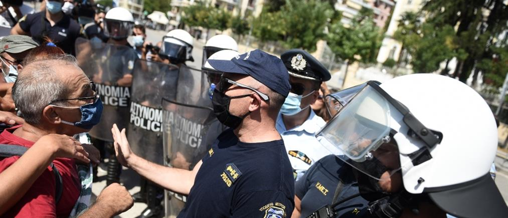 Ένταση εκπαιδευτικών με αστυνομικούς έξω από το ΥΜΑΘ (εικόνες)