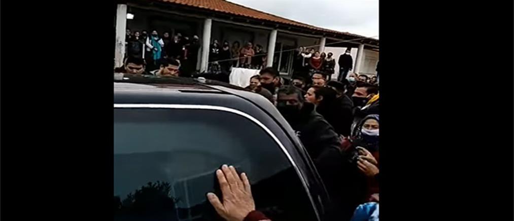 Κορονοϊός: απίστευτος συνωστισμός σε κηδεία στον Βόλο (βίντεο)