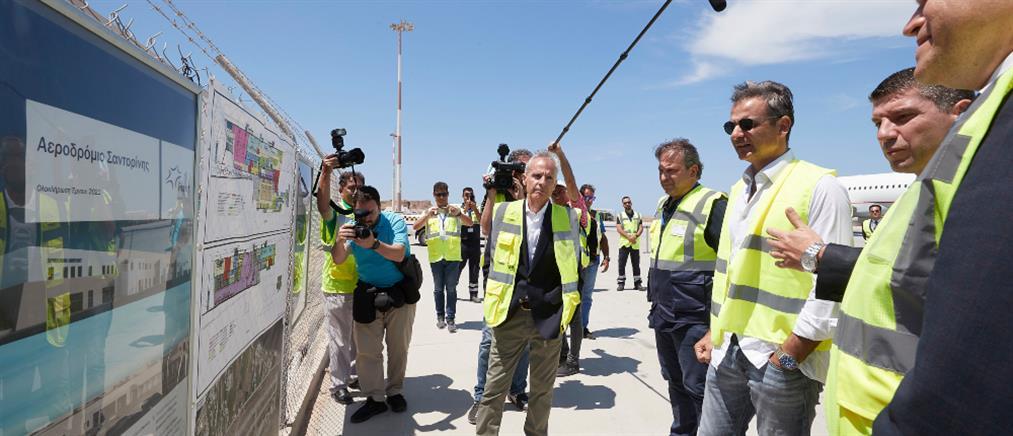 Ξενάγηση Μητσοτάκη στο αεροδρόμιο Σαντορίνης (εικόνες)