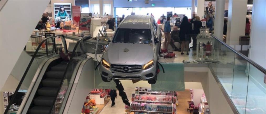 Αυτοκίνητο έπεσε σε εμπορικό κέντρο στο Αμβούργο