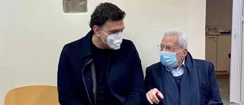 Ο Κικίλιας στο ΚΑΤ με τον Πέτρο Μολυβιάτη που έκανε το εμβόλιο (εικόνες)