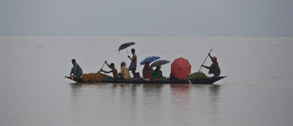 """Οι μουσώνες """"βύθισαν"""" την Ινδία κάτω από το νερό (βίντεο)"""