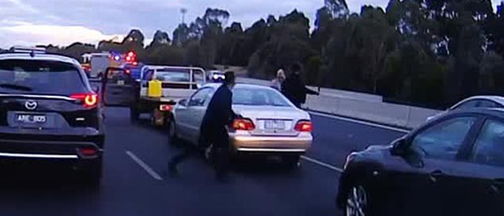 """Κατέβηκαν από τα αυτοκίνητα και """"πλακώθηκαν"""" στο ξύλο! (βίντεο)"""