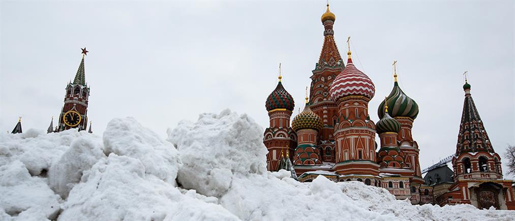 Χιονοπτώσεις ρεκόρ προκαλούν χάος στην Αγία Πετρούπολη