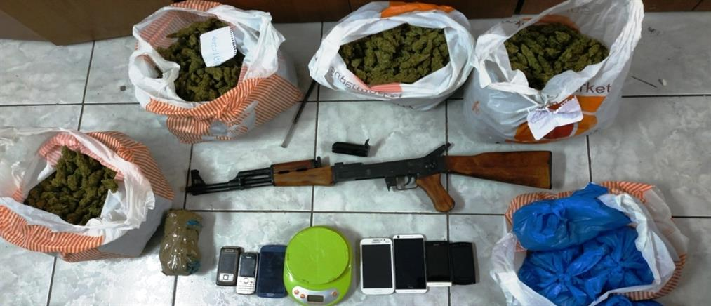 """Οπλισμένος με Καλάνισκοφ, """"φορτωμένος"""" με ναρκωτικά (εικόνες)"""