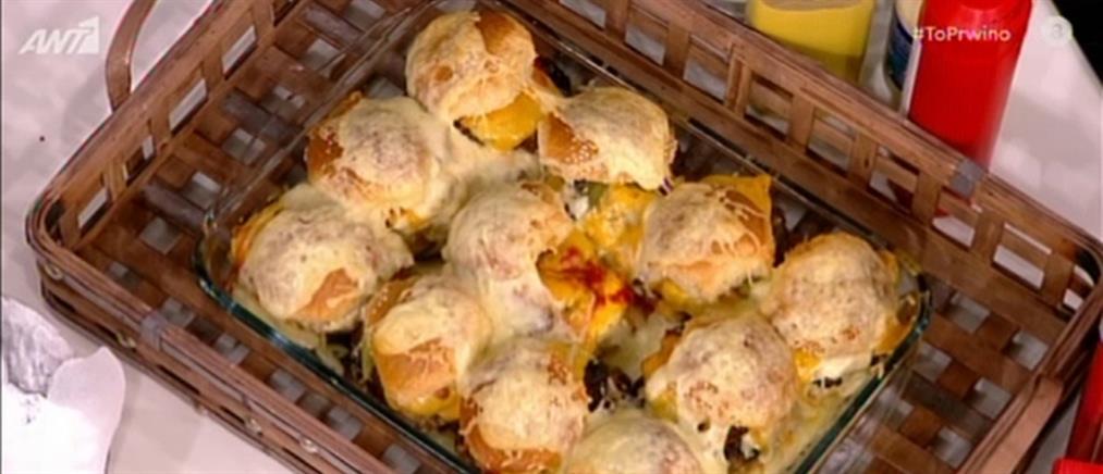 Μπέργκερ στο φούρνο με λιωμένα τυριά από τον Βασίλη Καλλίδη