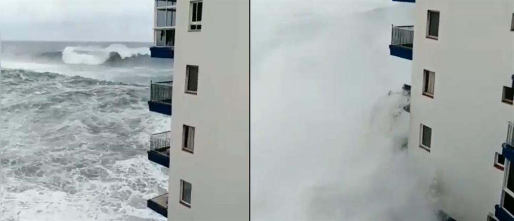 Τεράστια κύματα έφτασαν μέχρι τον δεύτερο όροφο ξενοδοχείου! (βίντεο)