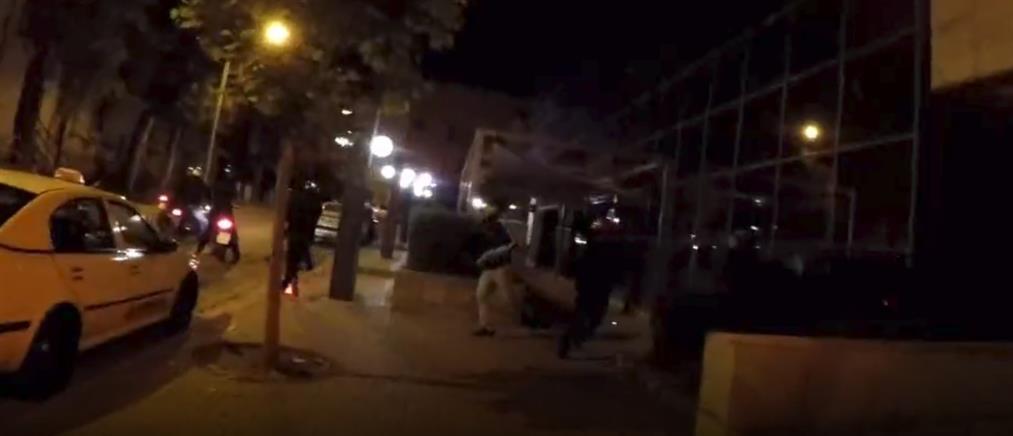 Ο Ρουβίκωνας επιτέθηκε σε τράπεζα με βαριοπούλες (βίντεο)