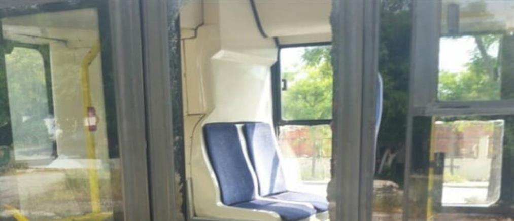 Επιβάτης έσπασε το τζάμι λεωφορείου με μπουνιά για… να κατέβει (εικόνα)
