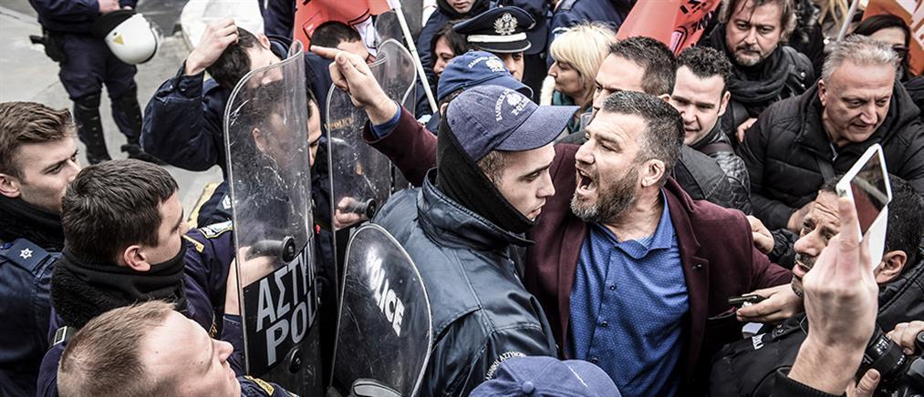 Ένταση έξω από τη Βουλή μεταξύ παιδαγωγών και αστυνομίας