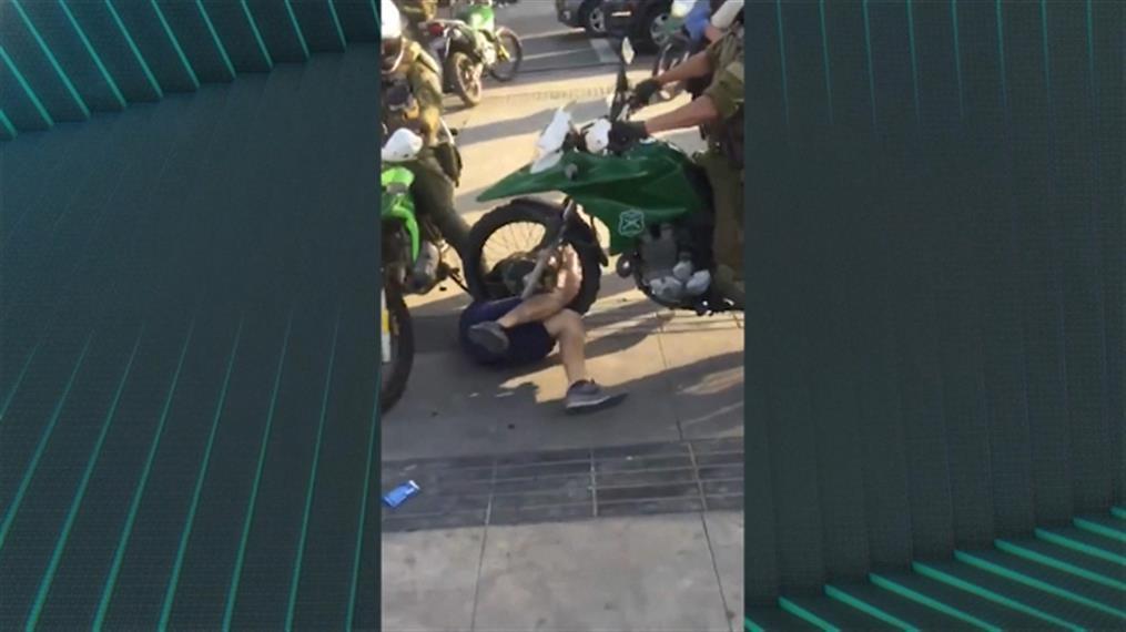 Χιλή: Αστυνομικός περνά πάνω από διαδηλωτή, με μηχανή