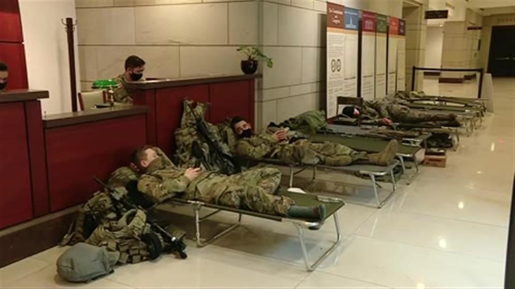 Εθνοφρουροί κοιμούνται μέσα στο Καπιτώλιο