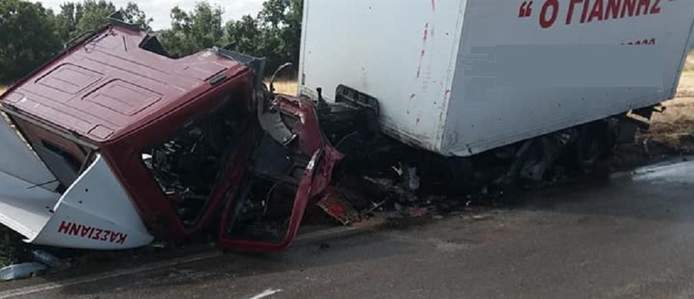 Τραγωδία στη Θήβα: όχημα συγκρούστηκε με φορτηγό (εικόνες)