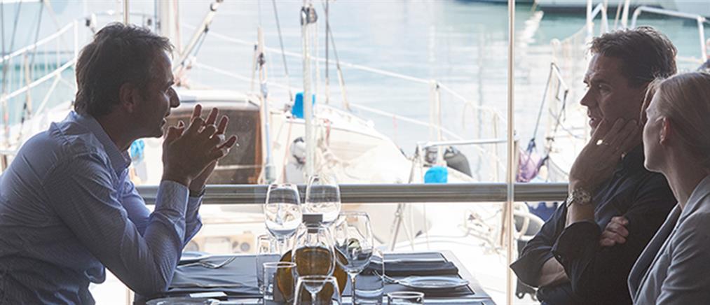 Γεύμα εργασίας Μητσοτάκη – Κατάινεν στον Πειραιά