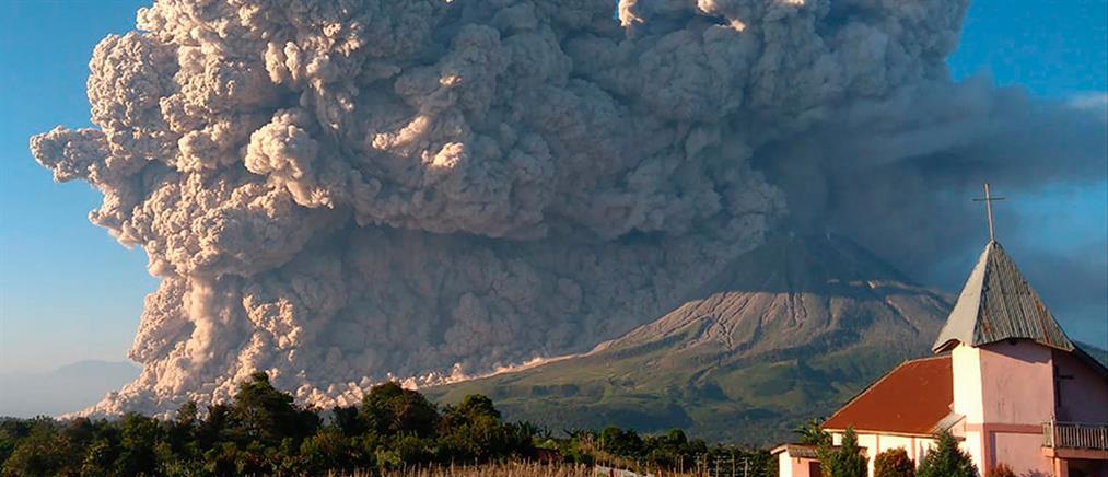 """Ινδονησία: """"Ξύπνησε"""" το ηφαίστειο στο """"δαχτυλίδι της φωτιάς"""" (βίντεο)"""