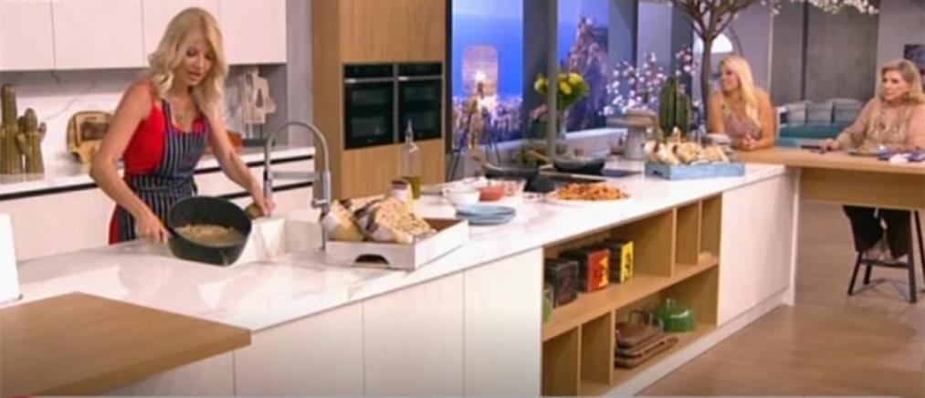 Η Φαίη Σκορδά μαγειρεύει μακαρονάδα με σάλτσα τόνου (βίντεο)