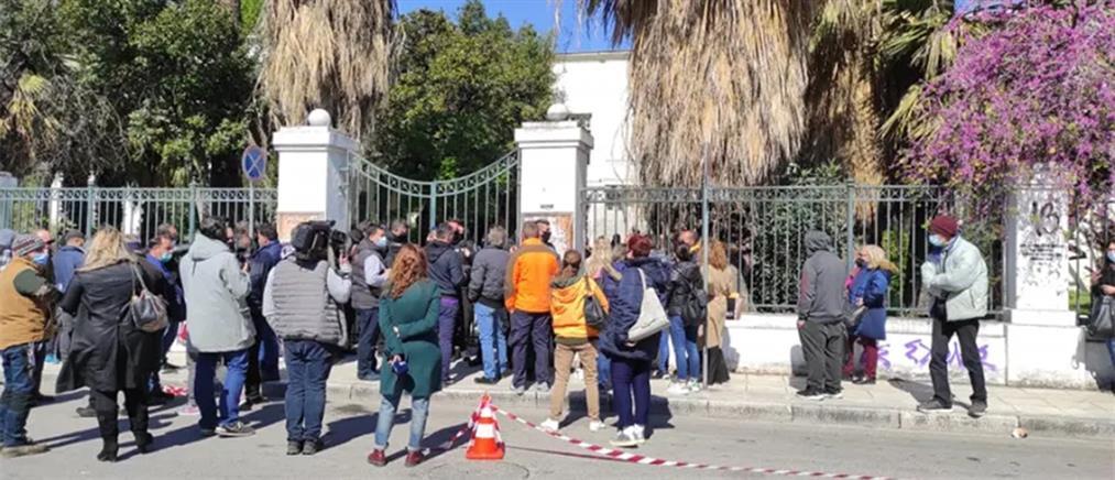 Μακρινίτσα: Προπηλακίστηκε ο δράστης του διπλού φονικού (εικόνες)