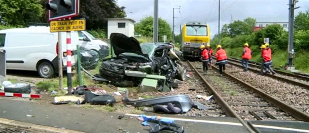 """Λουξεμβούργο: Τρένο έκοψε στα δυο ΙΧ που """"κόλλησε"""" στις ράγες (βίντεο)"""