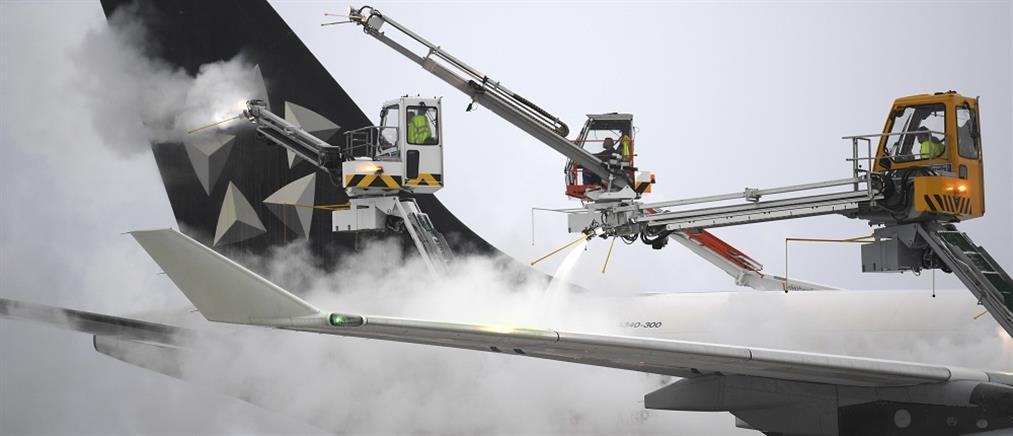 Γερμανία: τα χιόνια και ο παγετός οδήγησαν σε εκατοντάδες ακυρώσεις πτήσεων (βίντεο)