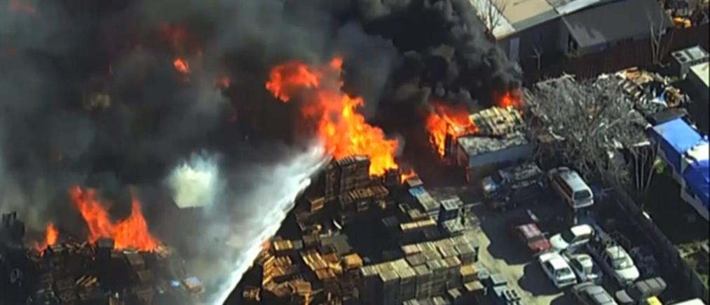 Συνεργείο αυτοκινήτων έγινε παρανάλωμα του πυρός (βίντεο)
