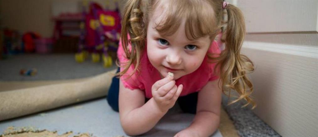 4χρονη τρώει με μανία… χαλιά και άμμο