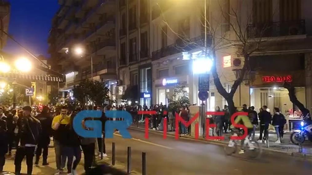 Συνωστισμός σε καφέ-μπαρ στη Θεσσαλονίκη