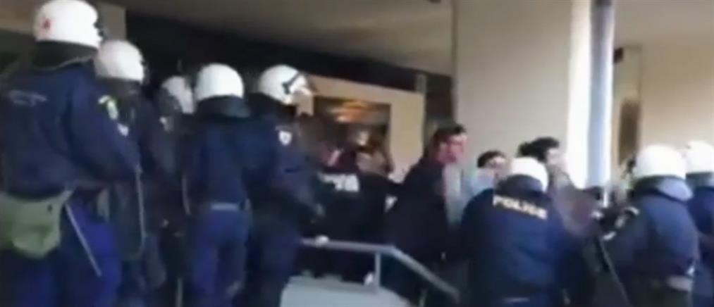 Επεισόδια μεταξύ φοιτητών και ΜΑΤ στο Πανεπιστήμιο Μακεδονίας